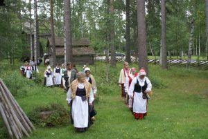 Kansallispukutuulettajia (Kuva: Seija Tiihonen)